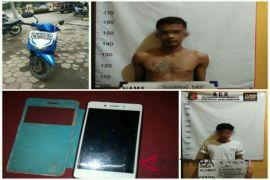 Polisi bekuk dua tersangka jambret handphone