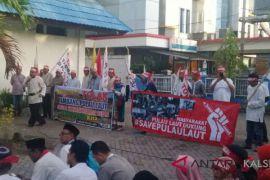 Massa tolak tambang gelar doa bersama di PTUN Banjarmasin
