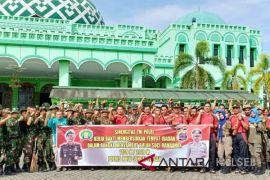 Jelang Ramadhan TNI POLRI bantu warga bersihkan masjid