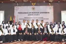 26 lulusan Apoteker ULM dilantik dan diambil sumpahnya