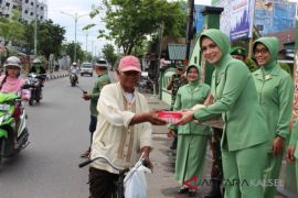 Persit Kodim Banjarmasin bagikan takjil Ramadhan