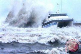Mmasyarakat takut lewat laut karena gelombang tinggi