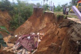 Dua rumah di Kotabaru terkena tanah longsor
