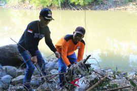 Dahnial bersih-bersih bantaran Sungai Amandit Kandangan