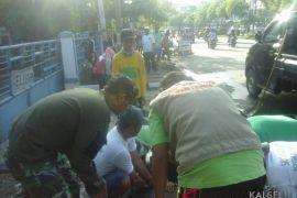 Koramil Banjarmasin Barat bersih-bersih drainase di Jalan Pangeran Antasari