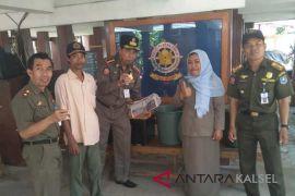 Razia PKL Kasatpol PP HSS aksi simpatik borong dagangan pedagang