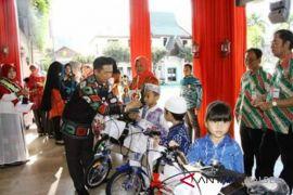 Ibnu Sina bagi-bagi sepeda pada Gebyar Paud