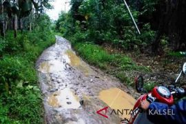 Warga Kecamatan Halong diminta bersabar terkait prioritas pembangunan