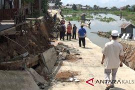 Siring berlantai beton di Martapura amblas
