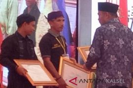 Dayak Meratus figure receive Education Minister award