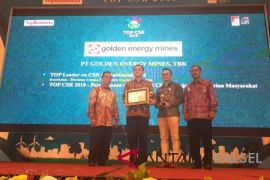 PT Golden Energy Mines Terima Anugerah TOP CSR