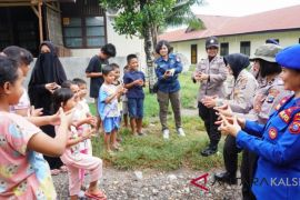 South Kalimantan's trauma healing team entertain evacuee children