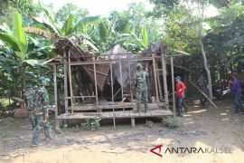 Duda ini pasrah, rumahnya dibongkar habis oleh TNI