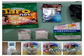 Sabu-sabu dibungkus dalam obat koyo dan makanan ringan