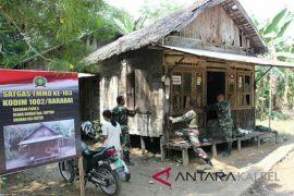 Tentara bongkar rumah Sopyan yang atapnya bocor dan dinding berlobang