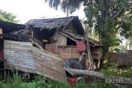Rumah ambruk tertimpa pohon kelapa satu anak meninggal