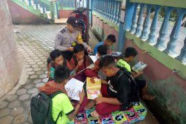 Anggota Bhabinkamtibnas buka lapak baca bagi anak