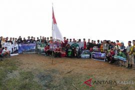 Sejumlah pendaki gelorakan semangat Save Meratus di puncak gunung