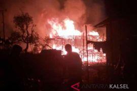 Kebakaran di Desa Baru Daha Barat hanguskan enam rumah