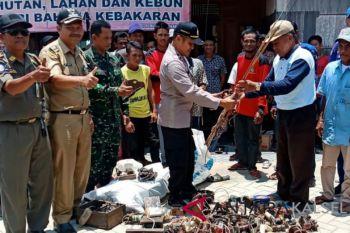 Ratusan warga serahkan alat setrum ke Polsek Daha Selatan