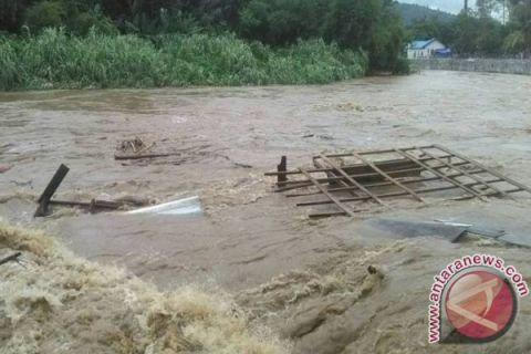 Flood Drags Away Four Houses in Malutu