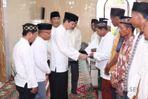 Serahkan Dana Hibah Masjid