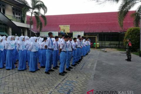 Prajurit Koramil berikan materi PBB kepada siswa baru