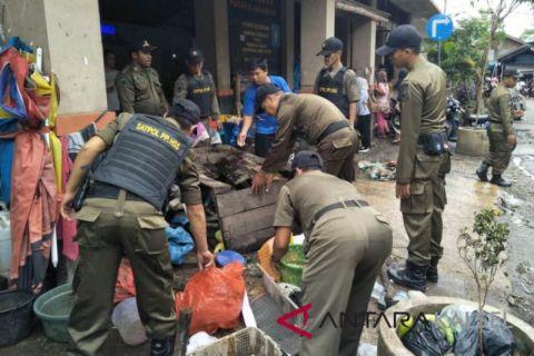 Satpol PP HSS tertibkan PKL lewati batas trotoar