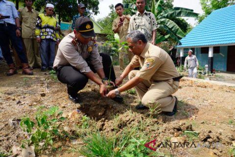 Sewindu SMKN 1 Binuang tanam 80 bibit pohon