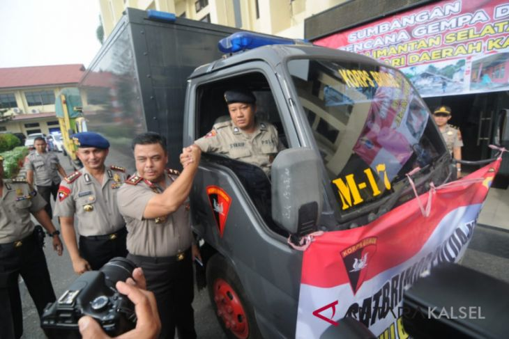 South Kalimantan Police send 15 aid trucks to Lombok