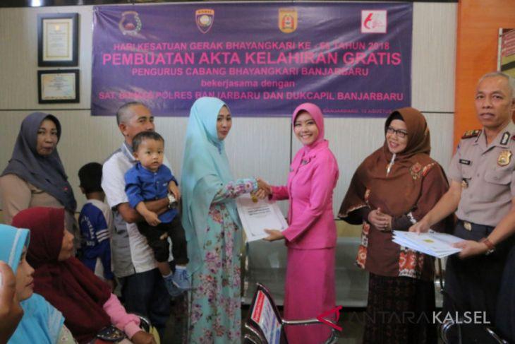 Bhayangkari Banjarbaru bagikan 100 akta kelahiran gratis