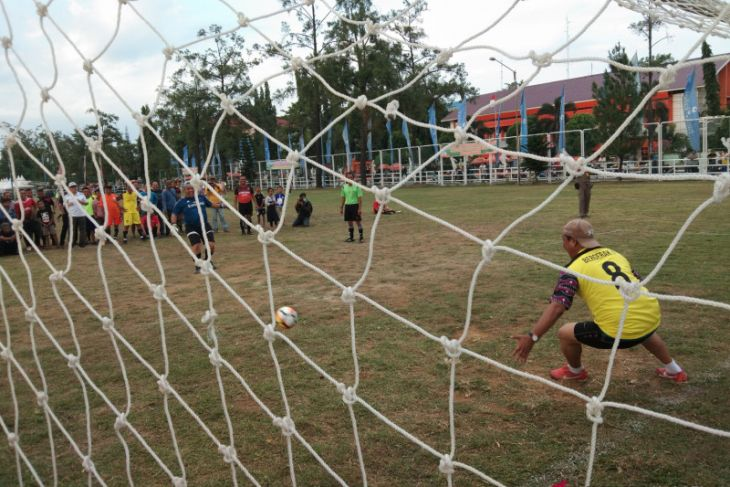 Gubernur  buka laga  nostalgia sepakbola senior