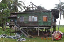 Angin Puting Beliung Terbangkan Atap Rumah