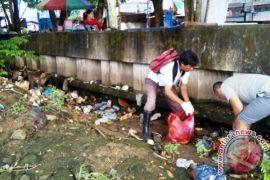 Komunitas Jelajah Tunggu Senja Sambil Bersihkan SKM