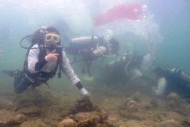 Puluhan Penyelam Kibarkan Merah Putih di Perairan Muara Badak