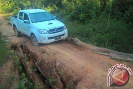Jalan Buruk Sulitkan Warga Busang Jual Hasil Pertanian