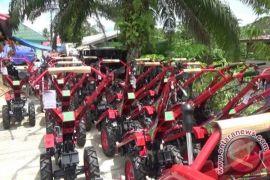 Dinas Pertanian Paser Bagikan 50 Traktor Tangan