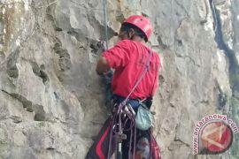 Mahasiswa Imapa Unmul Taklukkan Batu Dinding Mahakam Ulu