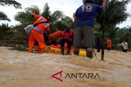 Jembatan rusak diterjang banjir, warga Kelurahan Riko Penajam terisolasi