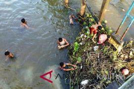 Warga Benanga Samarinda masih buang sampah ke sungai