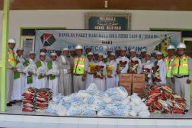 Kideco bagikan 15.500 paket lebaran kepada warga lingkar tambang