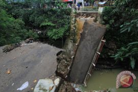 Warga Riko Penajam Terisolir Akibat Jembatan Terputus