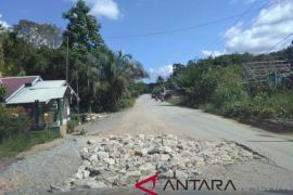 Lubang-Lubang Jalan Nasional Di Penajam Ditimbun Batu Gunung