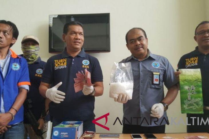 BNNP Kaltim-BNK Balikpapan Gagalkan Pengiriman 1 Kg Sabu-sabu