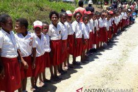 Enam Guru Honorer di Pulau Roswar Teluk Wondama