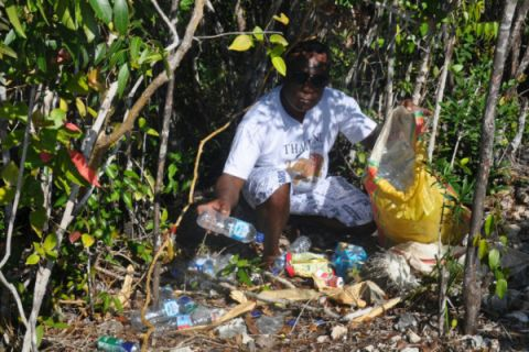 Guide Misool Bersihkan Sampah di Destinasi Wisata