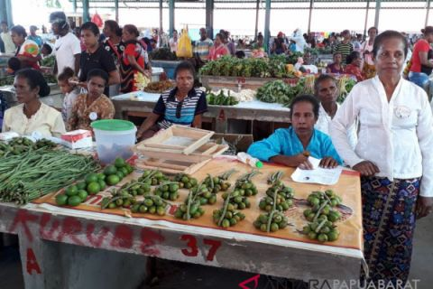 Sambut Kartini, Mama-mama Pedagang Pasar Iriati Wondama Berkostum Kebaya