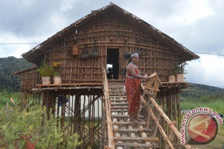 rumah kaki seribu yang biasa menjadi hunian suku Arfak