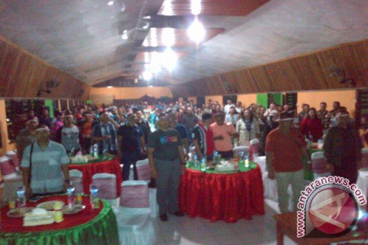 Nonton bareng piala AFF Indonesia vs Thiland.Kodim 1703 Manokwari Papua Barat, Sabtu 17/12/2016. Pangdam XVII/Cendrawasih Mayjen TNI Hinsa Siburan, jajaran bers