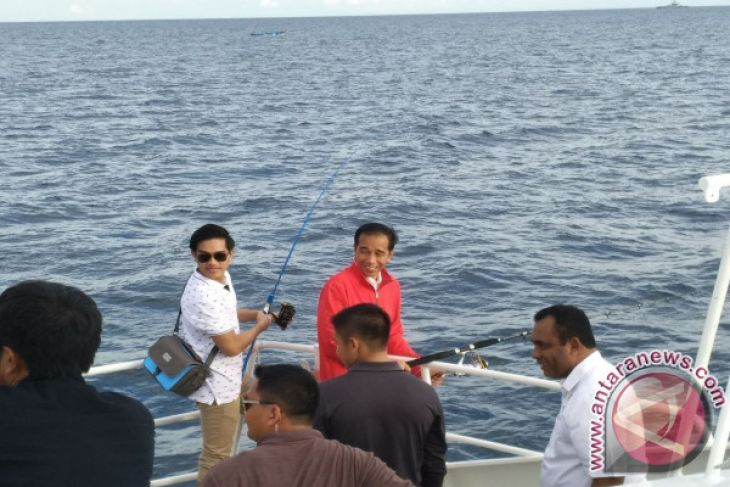 Jokowi Goes Fishing in Raja Ampat